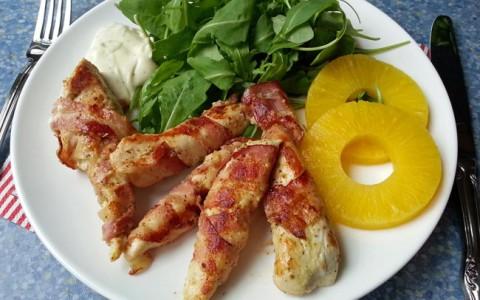Paleo maaltijdsalade met kip, spek, mosterd en ananas