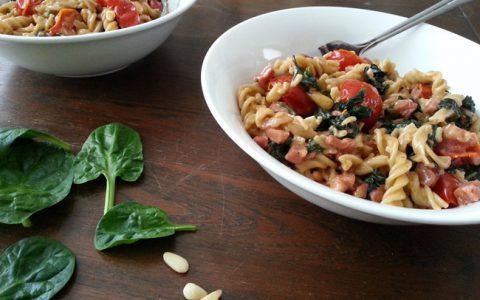 paleo pasta met spinazie, spekjes en tomaat