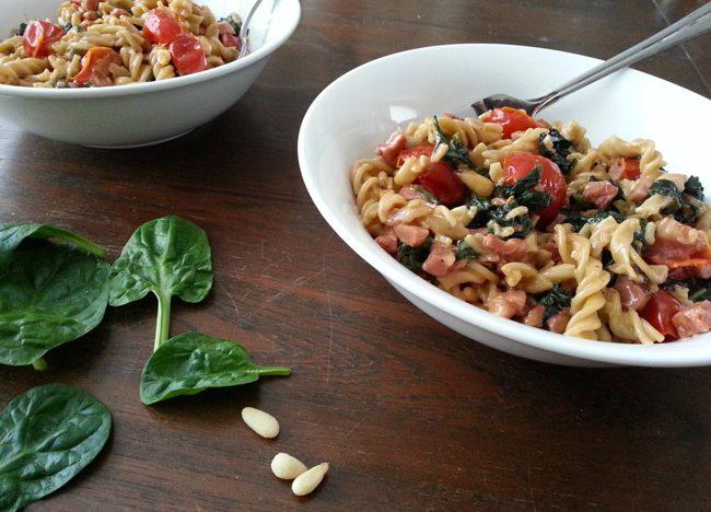 paleopasta met spinazie, spekjes en tomaat